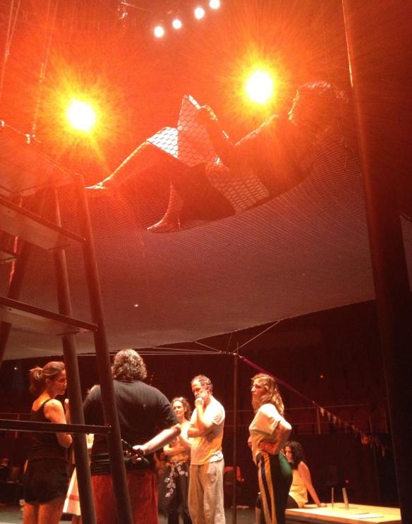 Marilen Ribot estudia el texto en la red, mientras Andrés Lima da instrucciones a los actores.